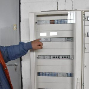 Passionné par les nouvelles technologies, Éric Pierron, gérant de la société d'électricité Inelec, propose des installations connectées à ses clients. Photo JSL /Julie GARNIER